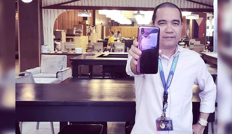 MB Tech Editor shows off his Cherry Mobile Flare S8 Pro